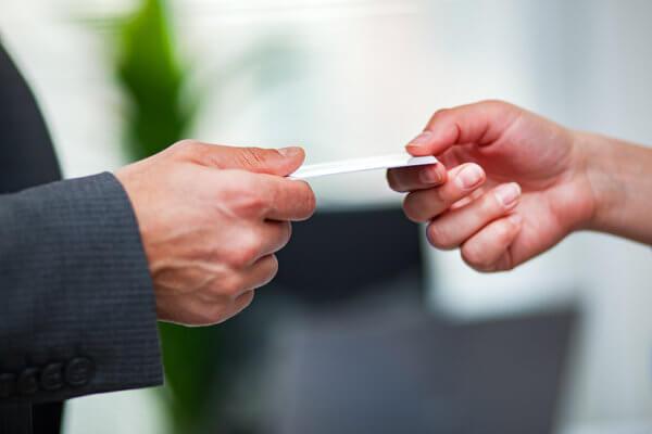 Gdzie trzymać wizytówki aby klienci je zabierali? - Poradnik Netprint